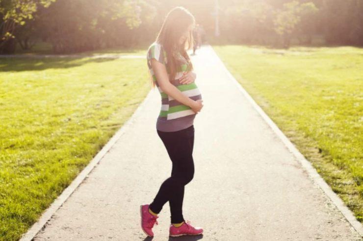 Gravidanza e attività fisica: i benefici delle passeggiate sul corpo e la mente
