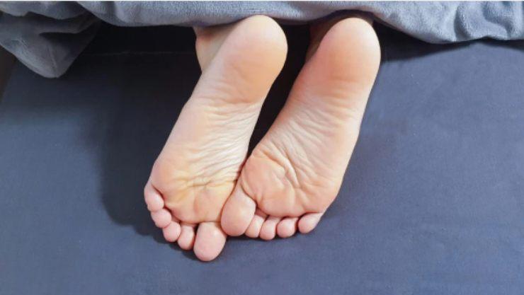 Talloni secchi e ruvidi: il rimedio efficacissimo da utilizzare durante il sonno