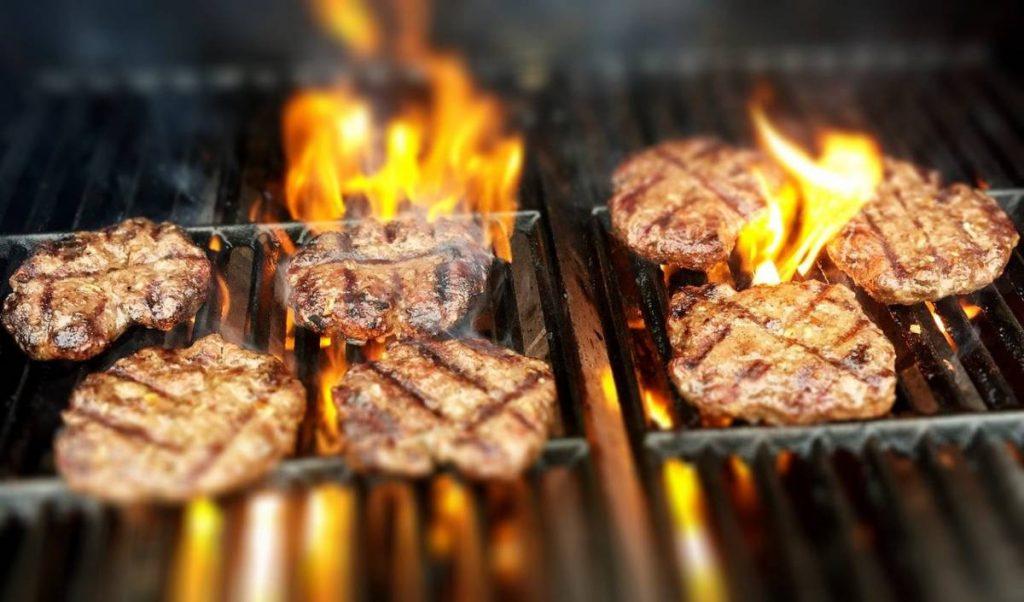 Come pulire la griglia incrostata dopo aver cucinato la carne