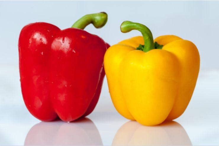 Peperoni all'insalata, il metodo per spellarli con facilità