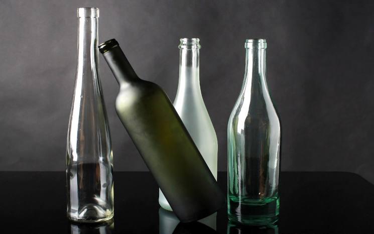 Pulire le bottiglie di vetro