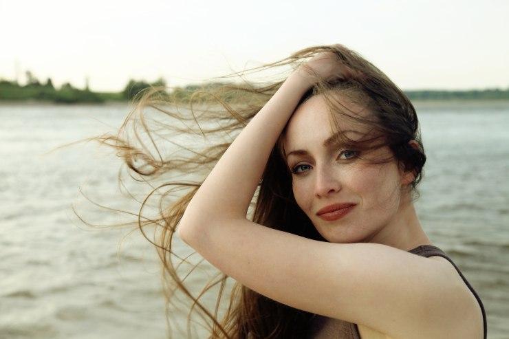 ragazza capelli al vento